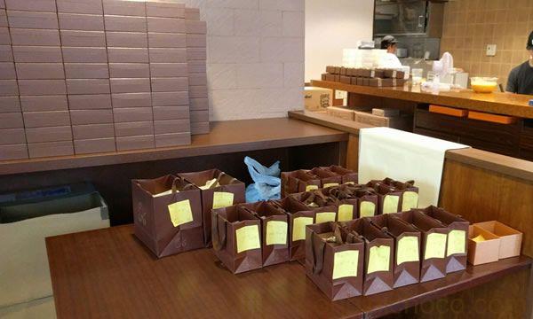 店頭に並ぶ注文済みのガトーショコラ